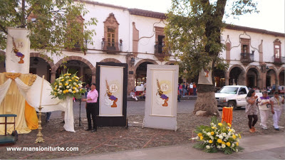 Altares en la Plaza Vasco de Quiroga en Pátzcuaro