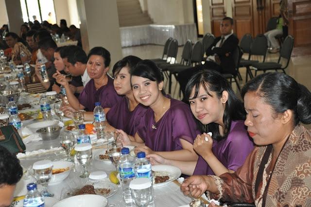 Suasana Makan Bersama dengan Keluarga