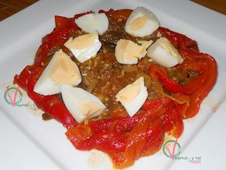 La misma ensalada marroquí de berenjena y pimiento, complementada con huevo cocido.