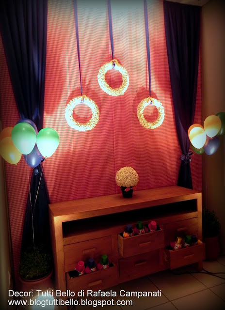 No hall de entrada um aparador para presentes, uma cortina de voil e