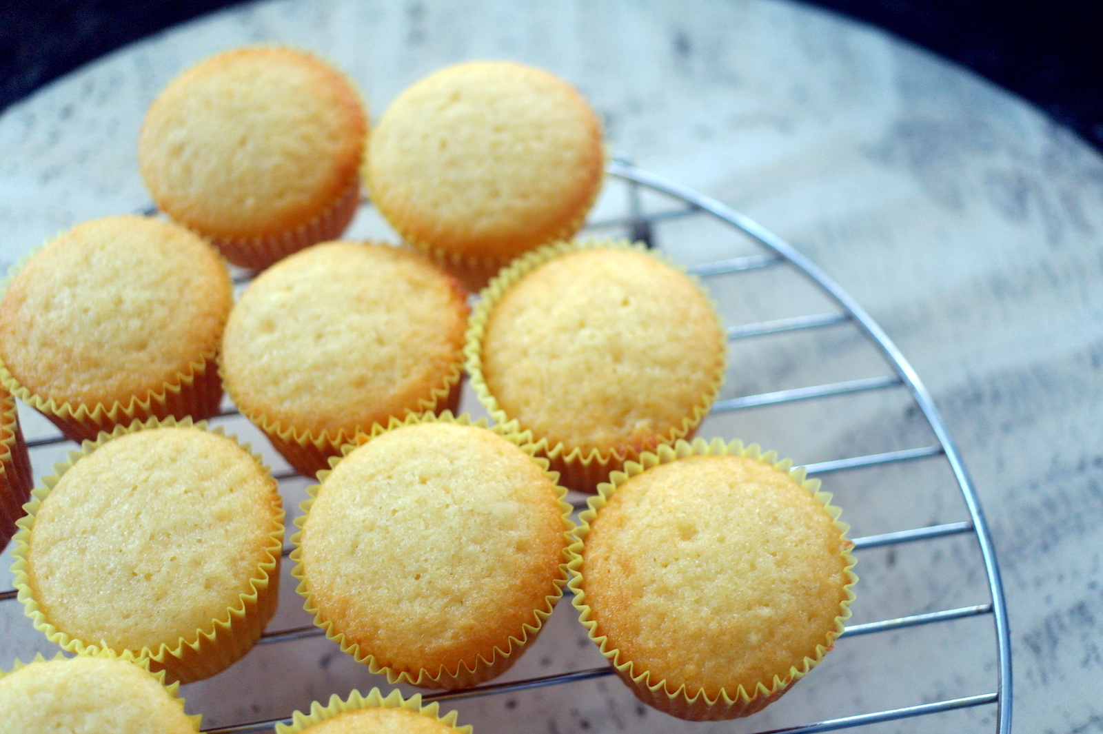 Around le globe: Vanilla cupcakes with cream cheese frosting