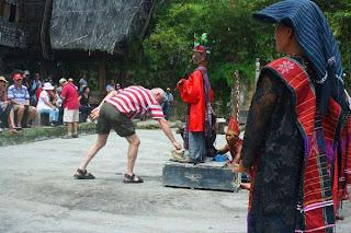 Menari Tor-tor di Pulau Samosir