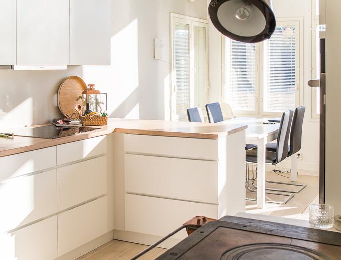 valkoinen keittiö, vanha puutalo, puuliesi modernissa keittiössä, kvik mano keittiö, keittiöinspiraatiota, valkotammitaso keittiössä, puuliesi uudessa talossa, alkuperäinen puuliesi