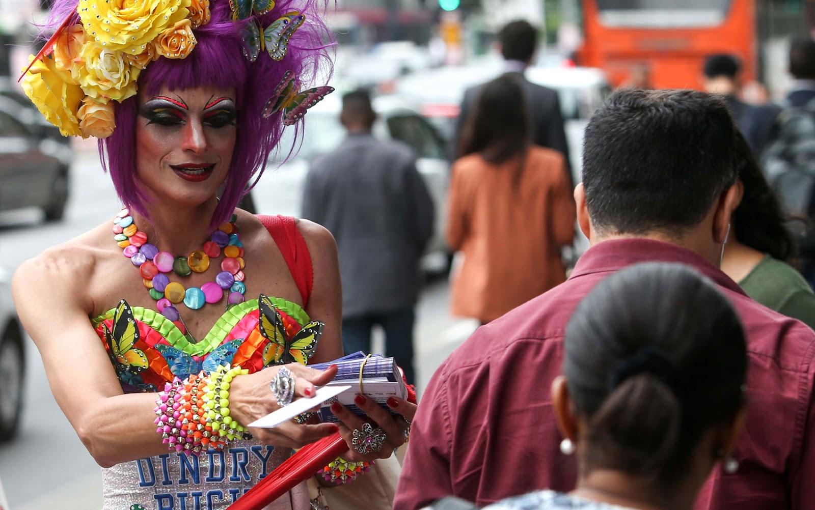 Drag Queens distribuem preservativos e panfletos em ação para lembrar o Dia Mundial de Combate à Aids na Avenida Paulista.