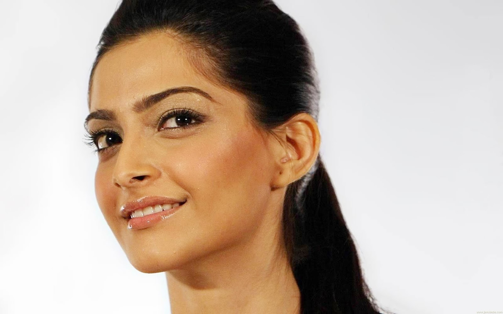 Cute sonam kapoor wallpapers in hd quality