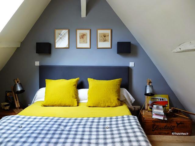 déco Chambre adulte cabane bleue et jaune mur gris-bleu peinture