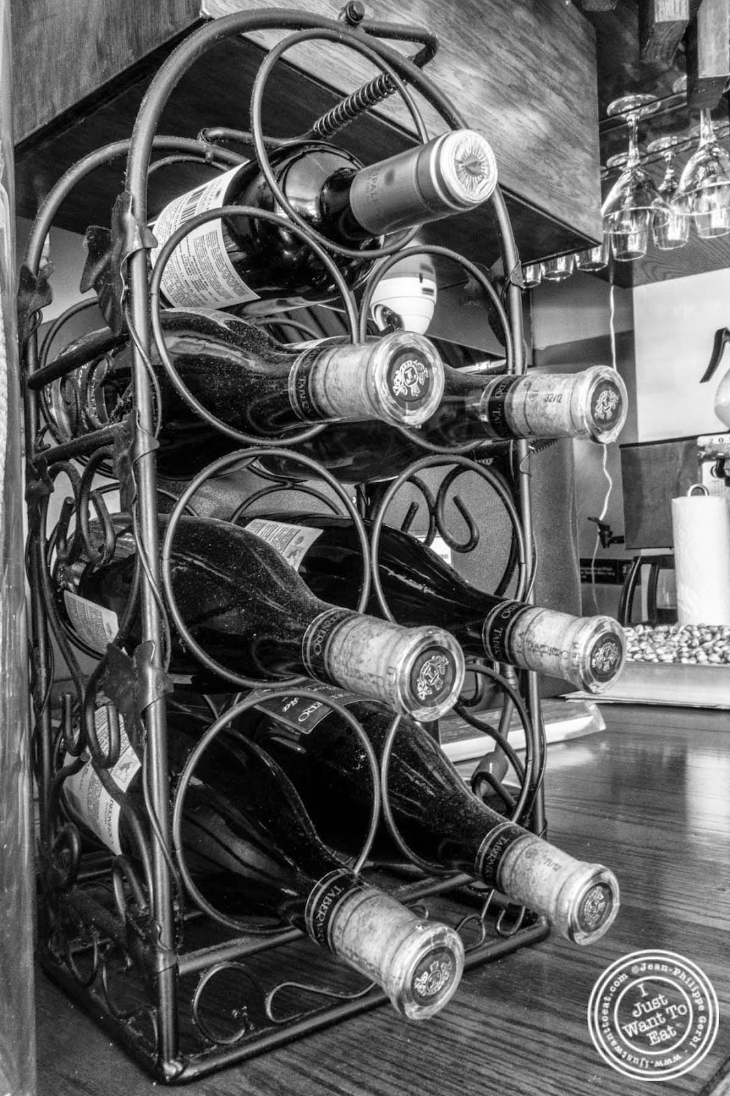 image of wine at El Anzuelo Fino in Woodhaven, NY