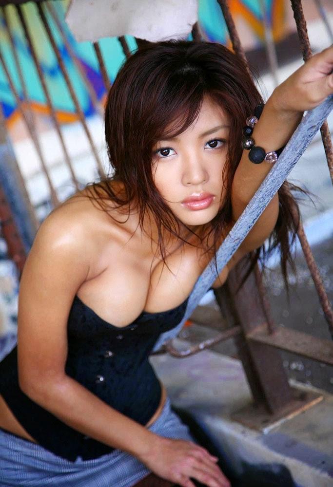 kana tsugihara boob cleavage 01