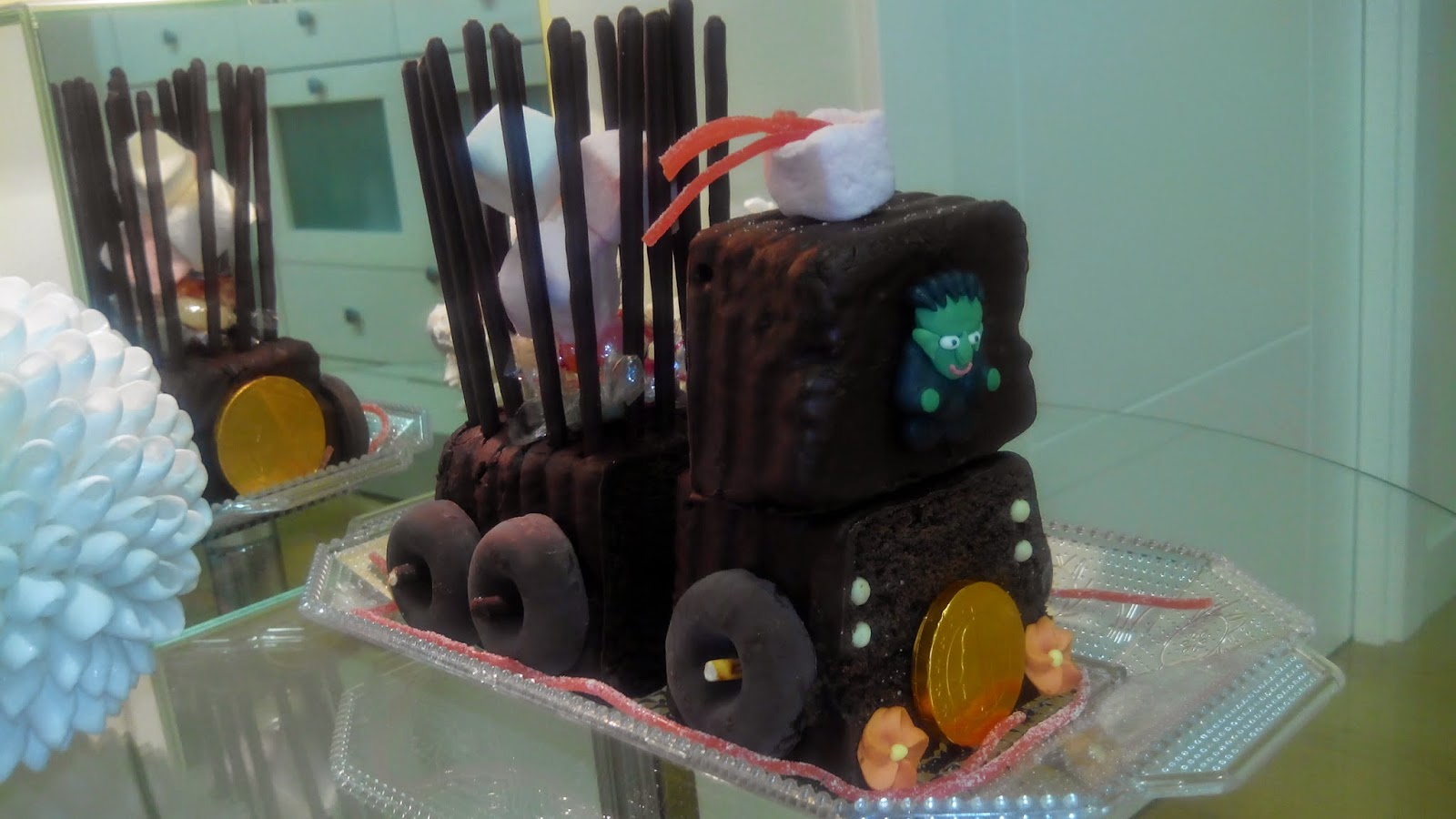 Tarta tren de chocolate, bizcocho chocolate, tarta chocolate, tarta tren, tarta halloween, tarta cumpleaños, tarta divertida