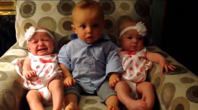 Un adorable bébé, Landon, voit pour la première fois des jumelles.
