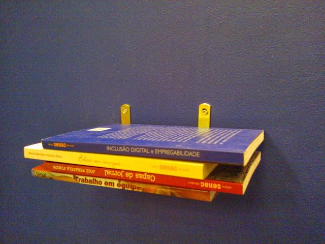 livros empilhados - estante de livros flutuante - sala de leitura Senac - Santos Arquidecor 2013