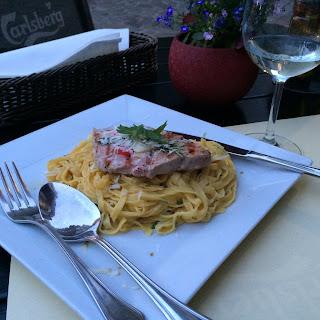 pastaa ja tonnikalafilee lautasella