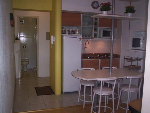 Cozinha montada, com geladeira, fogão cooktop e forno elétrico
