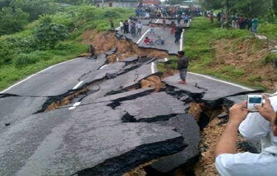 Jalan Sumbar-Riau Km.201 Tanjung Pauh Kec.Pangkalan Koto Baru Kabupaten 50 Kota Sumatra Barat amblas