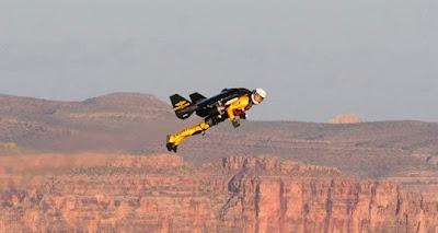 Jetman vuela a través del Gran Cañón
