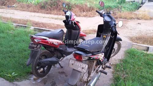 Dua motor di depan rumah diabadikan terlebih dahulu.  Foto Asep Haryono