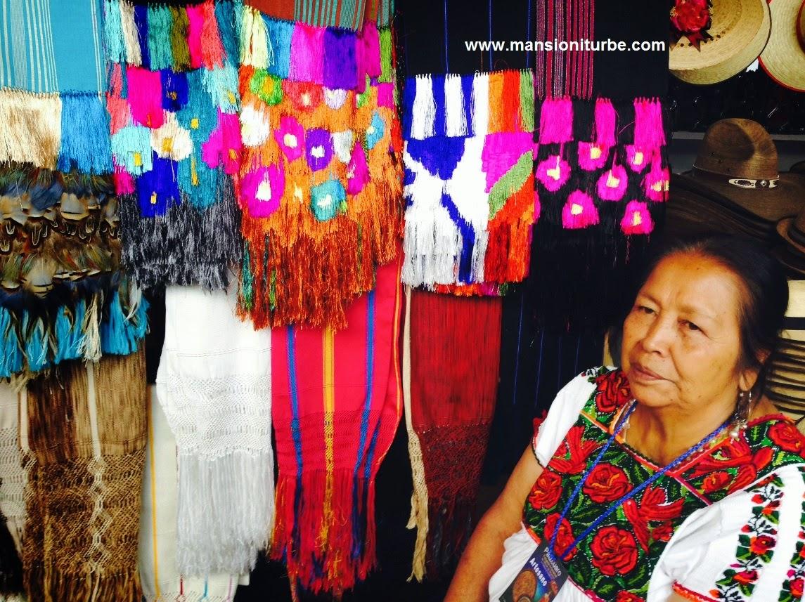 Doña Cecila Bautista de la comunidad de Ahuirán en Pátzcuaro durante el Tianguis Artesanal de Noche de Muertos.