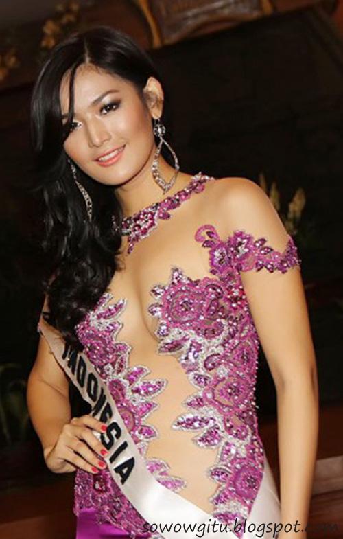 Maria Selena Seksi Memakai Baju Transparan