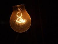 sigo cantando con la luz apagada;