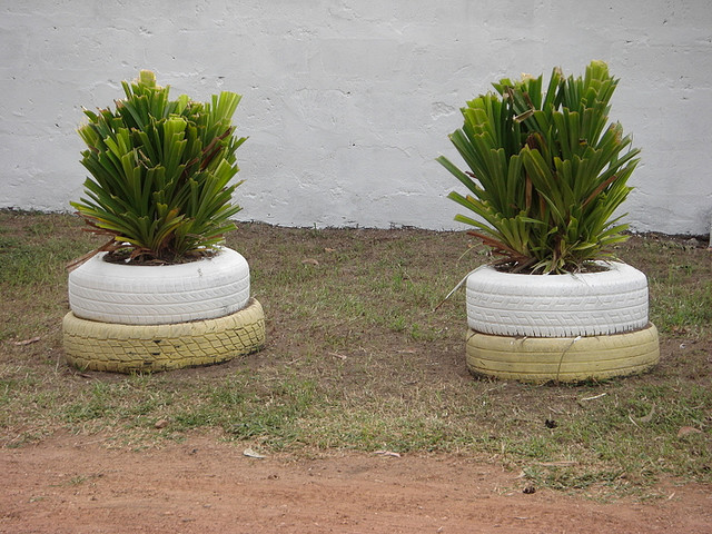 Floreiras feitas com pneus reciclados