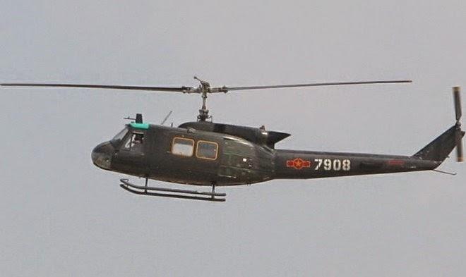 Một chiếc UH-1 Iroquois, loại máy bay trực thăng do hãng Bell chế tạo.