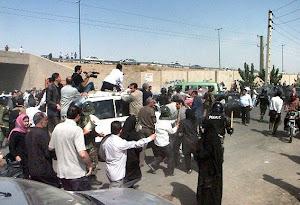 حمله ماموران امنیتی به کمپ نیروهای مردمی و بازداشت ۳۵ نفر در مناطق زلزله زده..!