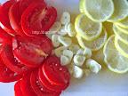 Chefal la cuptor preparare reteta - lamaia, usturoiul si rosiile taiate felii