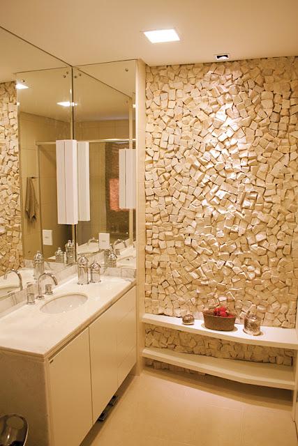 decoracao banheiro clean : decoracao banheiro clean:18- Bancada branca, prateleirinhas com objetos, parede de pedra e