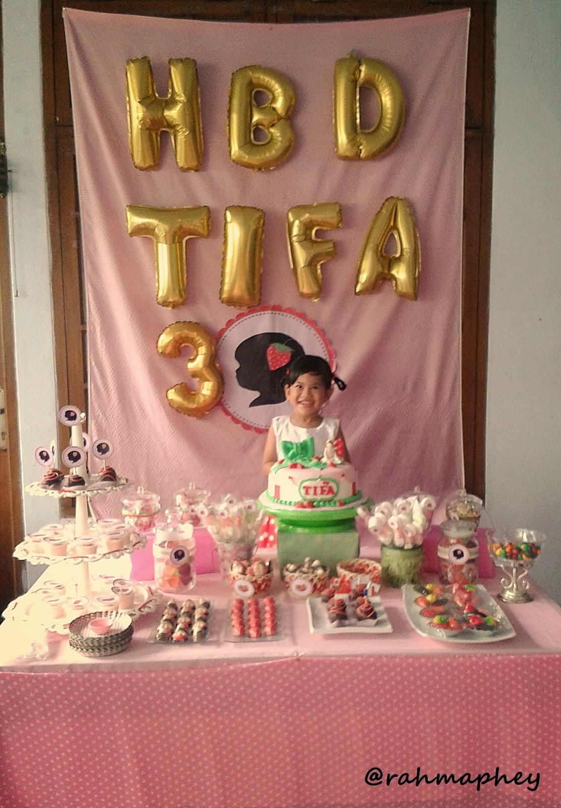 Sweet Strawberry Birthday Party Belong To Rahma Balon Huruf Pink Cake Tiap Tahun Baru 2 Kali Si Ehhee Gw Selalu Pesen Ini Ke Temen Eva Kenapa Selain Karena Rasanya Emang Enak Dia Bisa Rapih