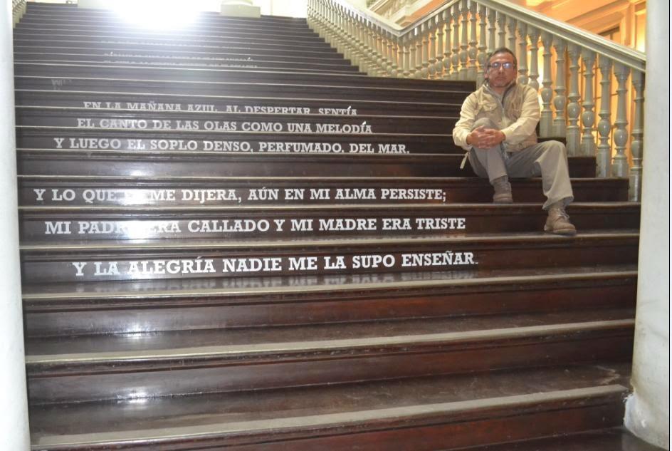 En las escaleras de la Casa de la Literatura