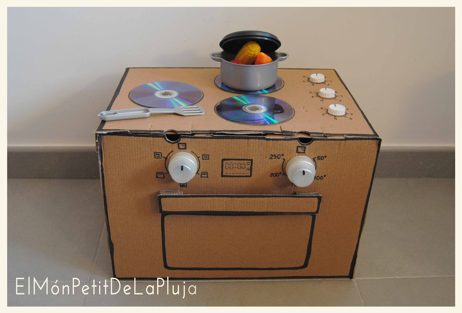 Cocinita de juguete con cartón DIY