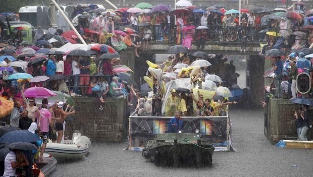 A parada do orgulho LGBT terminou debaixo de forte chuva (Foto: Paul Vreeker/Reuters)