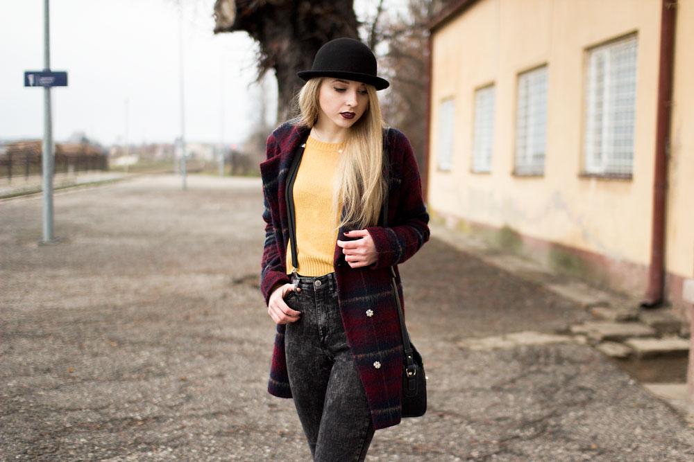 Blog modowy, lifestyle, kosmetyczny. Grunge style. Kapelusz, żółty sweter, płaszcz w kratkę bordowy, szelki, spodnie marmurki z wysokim stanem, niebieska torebka, botki na słupku.