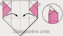 Bước 8: Mở lớp giấy trên cùng, kéo và gấp hai lớp giấy vào trong.