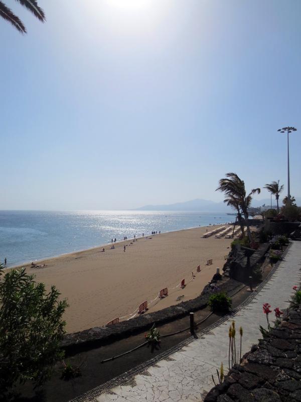 Lanzarote strandpromenad klippor Puerto del Carmen