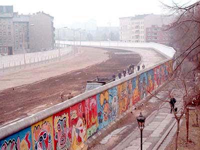 На фото: берлинская стена
