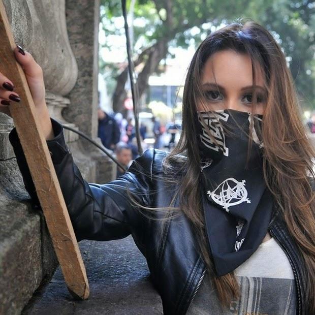 Carla Diaz aparece caracterizada como black bloc