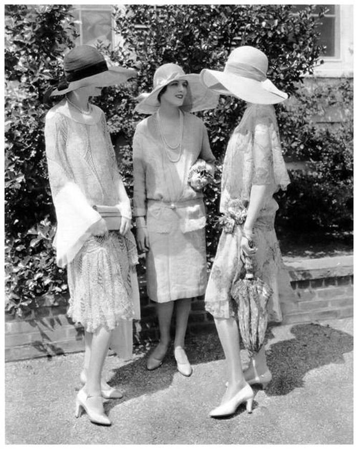 Chicas elegantes años 20 en fiesta charlando