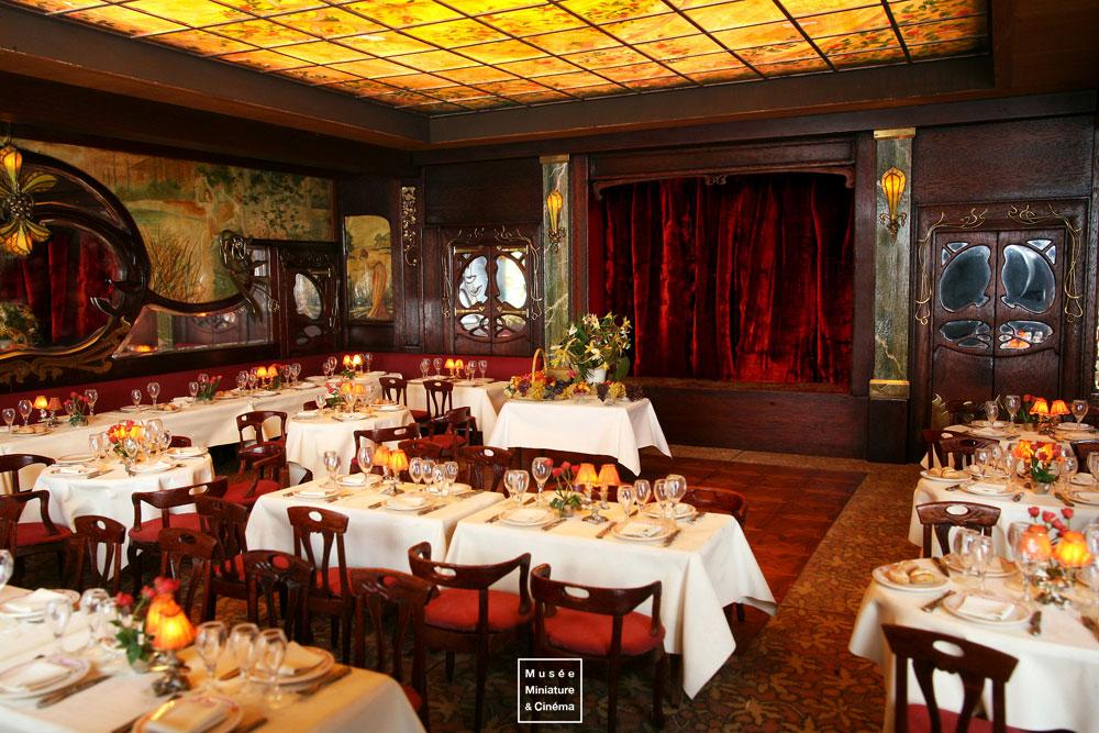 16-Restaurant-Maxim-s-de-Paris-Dan-Ohlmann-Dan-Ohlmann-Musée-Cinéma-et-Miniature-Miniature-Movie-Sets-and-Realistic-Sculptures-www-designstack-co