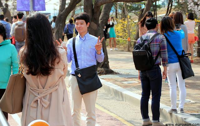 Novios coreanos tomándose fotos