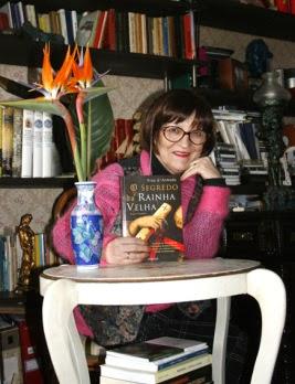 """Foto de Fina d'Armada com livro """"O Segredo da Rainha Velha""""."""