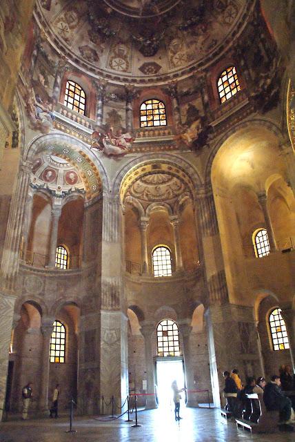 interior-basilica-de-san-vitale-ravena-italia