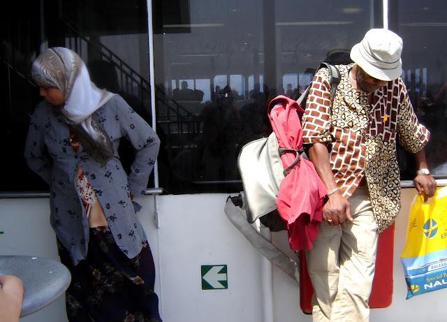 Pasażreowie na promie Algeciras - Tanger