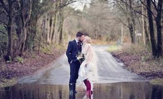 Αψήφησαν την κακοκαιρία έβαλαν γαλότσες και παντρεύτηκαν [photos]