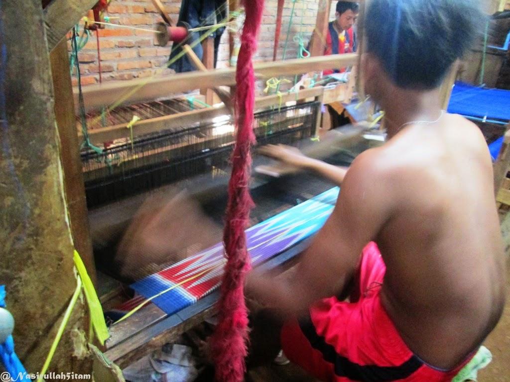 Para penenun kain Troso sedang sibuk membuat tenunan