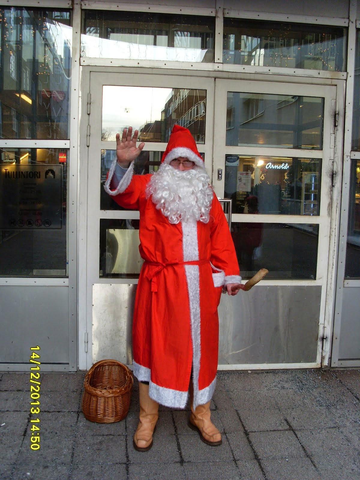 Joulupukkimme tarjoaa suojelua ja lohdusta arjessa ja pyhässä paimensauva apunaan