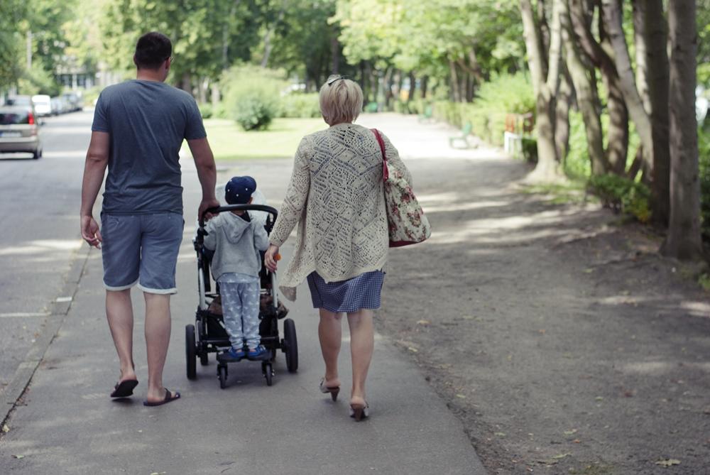 rodzinny spacer z dwójką dzieci