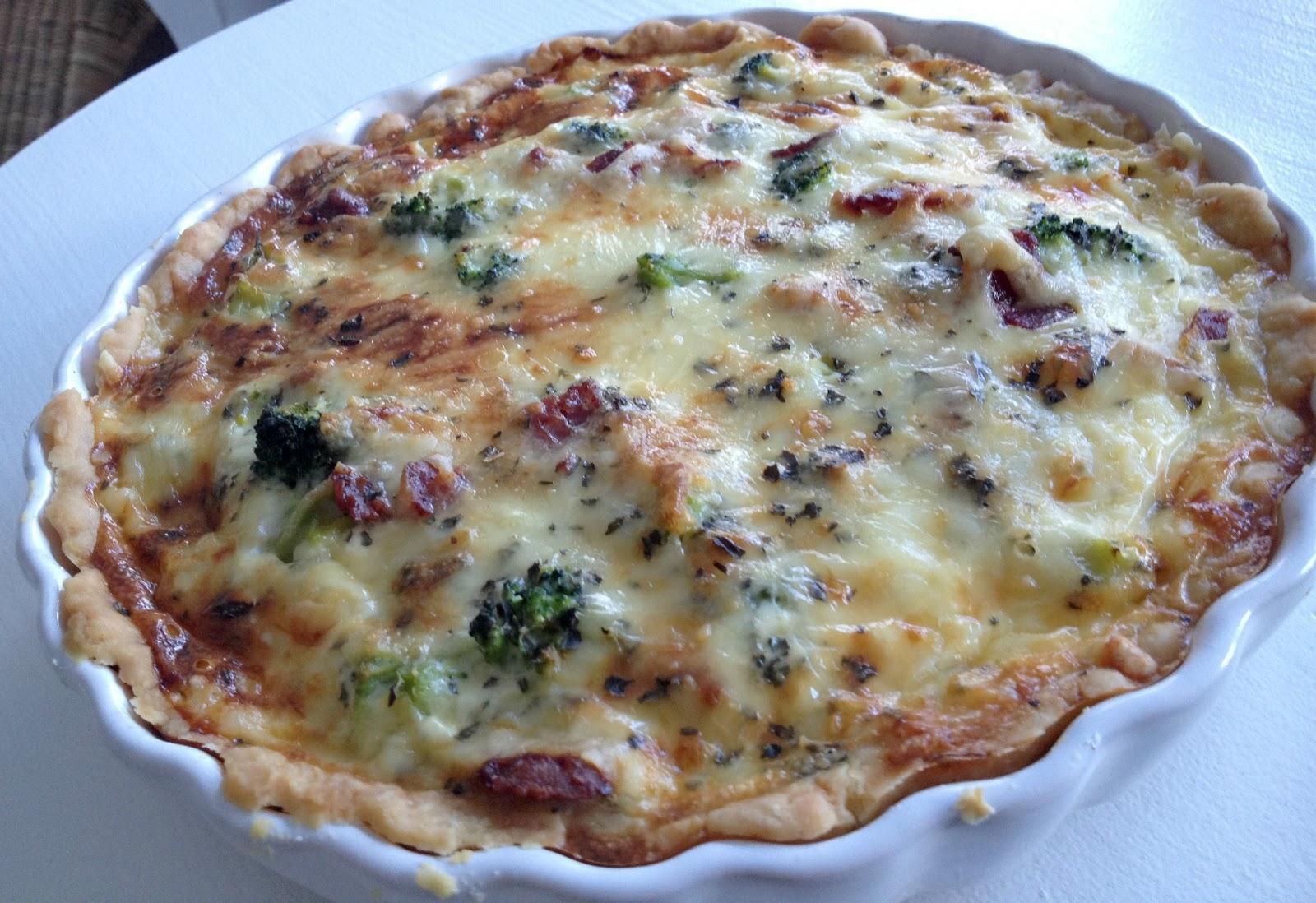 nyttig grönsakspaj med tomater och broccoli
