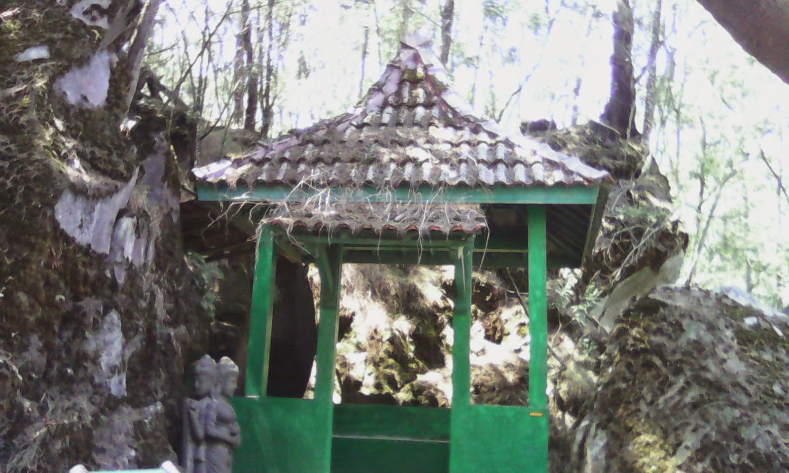 obyek wisata yang wajib di kunjungi, antara lain Goa Semar, Goa Sumur, Goa Jaran, Serta Batu tulis. Di Goa-goa tadi menurut masyarakat sekitar sering di jadikan buat ritual tertentu. Bahkan konon katanya Almarhum Presiden Soeharto sebelum menjadi Presiden juga sering melakukan tirakat di Goa Semar.