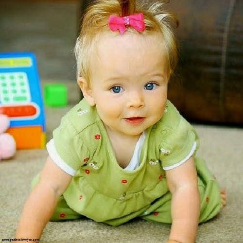 Photo bébé fille blonde avec joli sourire